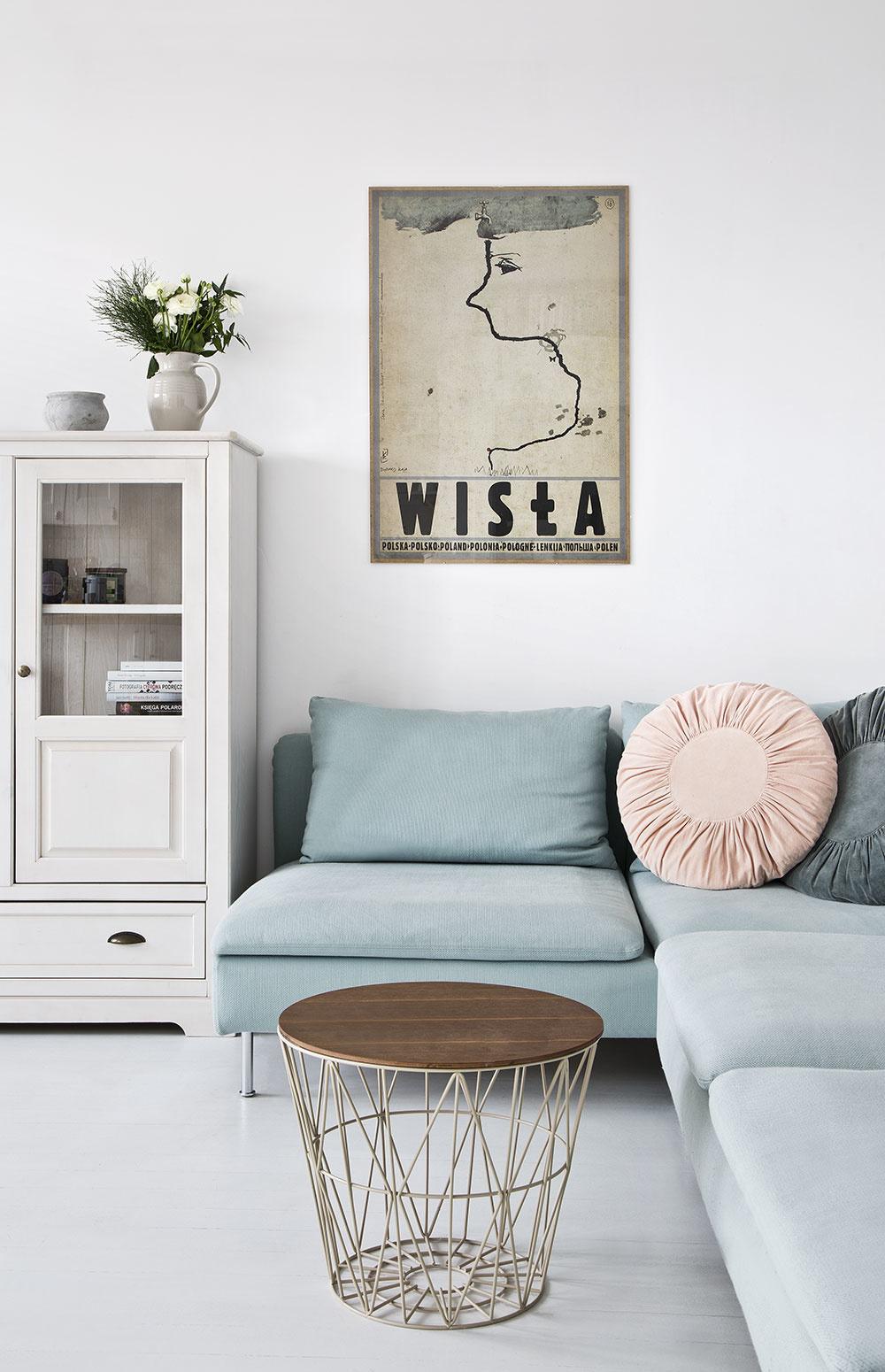 Okrem bielej prevládajú vinteriéri aj pastelové odtiene. Natrafíte na ne nielen vdetskej izbe, ale aj obývačke. Pastelová modrá spolu sružovou pôsobí nevtieravo azároveň táto farebná dvojkombinácia vnáša do priestoru teplo domova.