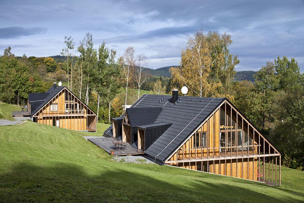 Vedľa seba vyrástli dve moderné drevené chaty podľa starých princípov
