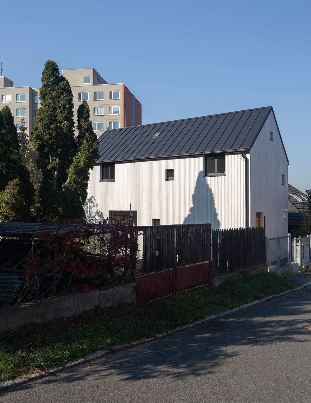 Príkladné riešenie rodinného domu na veľmi úzkej parcele