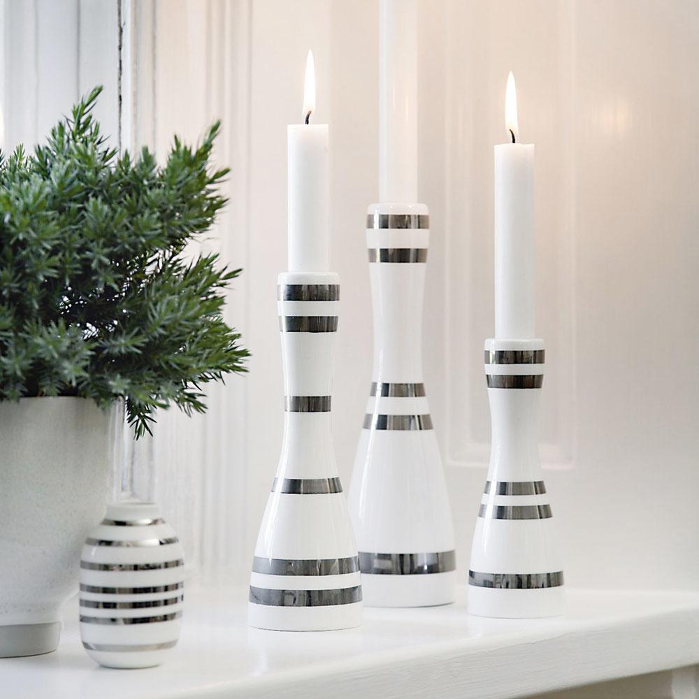 Keďže na severe býva pomerne skoro tma, mimoriadne dôležité sú pre škandinávsky štýl bývania svietidlá, sviece, lampáše alampy. Všade aveľa. Ich strategické rozmiestnenie navyše pomáha príjemnej teplej atmosfére domova. Mäkké svetlo sviečok príbytok mimoriadne zútulní apočas Vianoc ich množstvo môžete pokojne aj strojnásobiť.