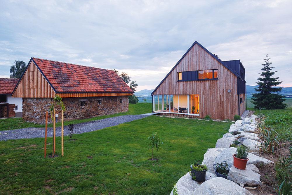 Moderná drevostavba vo Veternej Porube citlivo začlenená medzi tradičné domy