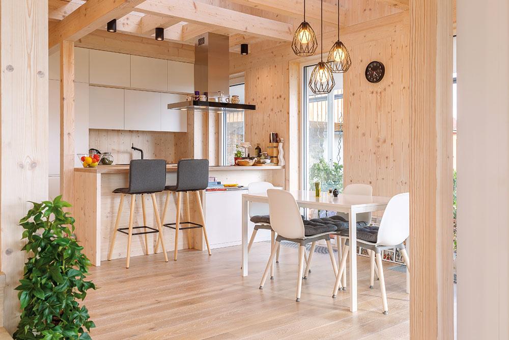 Moderná drevostavba je postavená progresívnou technológiou zmasívnych drevených CLT panelov, stropné trámy tvoria pohľadové KVH hranoly. Pohľadová kvalita CLT panelov (Novatop) určuje zásadným spôsobom vizuálny avnemový charakter interiéru.