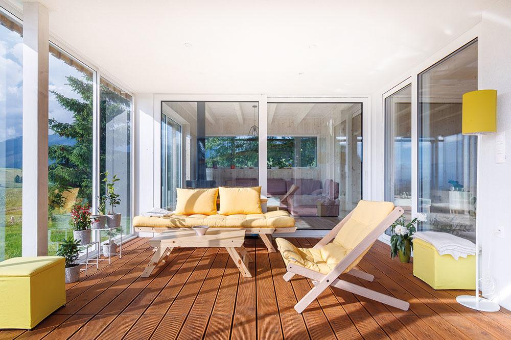 Veľkorysá terasa je dôležitou súčasťou dennej pobytovej časti domu. Žlté akcenty vnášajú do tohto priestoru jas aprívetivý tón.