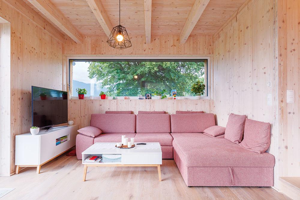 Otvorený denný priestor je prirodzene členený na voľne nadväzujúce zóny srôznymi funkciami. Ležérny aútulný charakter miestností sa podarilo dosiahnuť doplnením drevených stien astropov zariadením vsvetlých farbách – bielej, ružovej asivej.