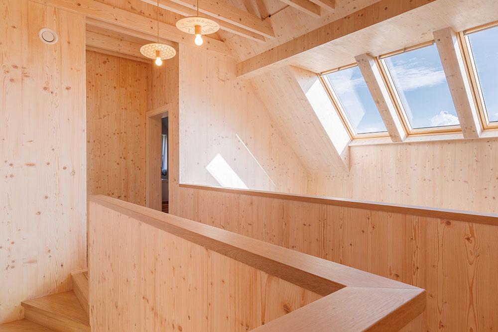 Dostatok slnka avýnimočné svetelné scény vnášajú do interiéru strešné okná, umiestnené nad galériou na poschodí.