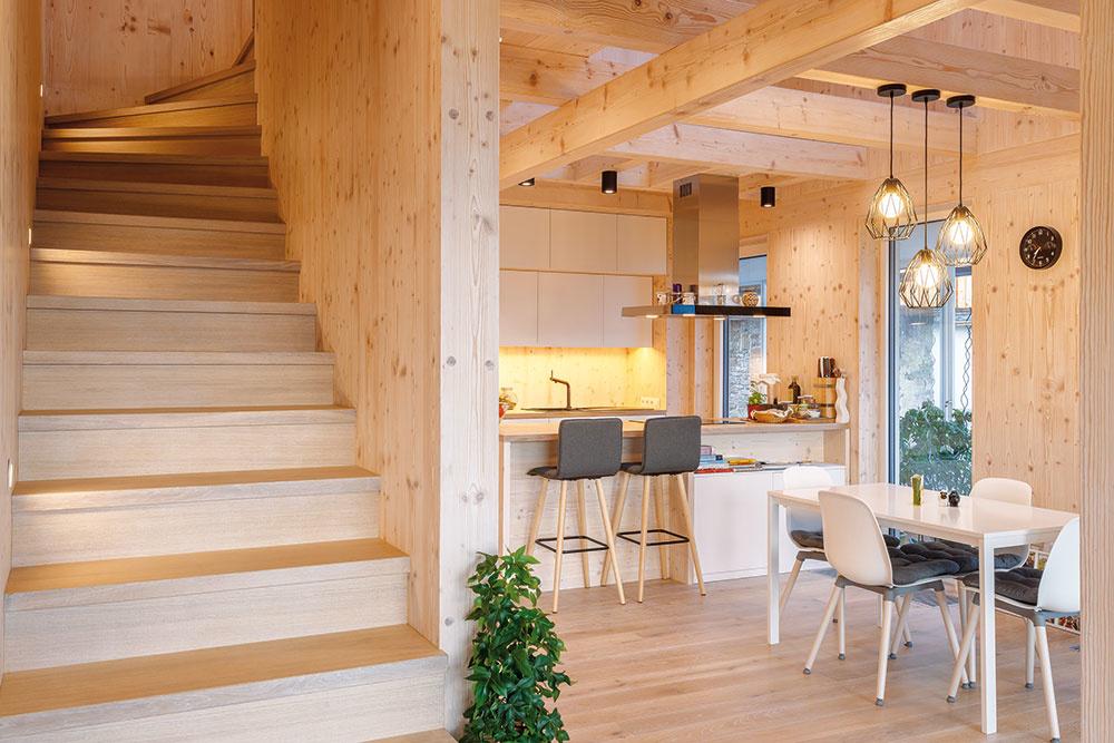 Dispozícia je usporiadaná dômyselne aracionálne – denná pobytová časť sa nachádza na úrovni parteru apokojná nočná časť je umiestnená na poschodí.