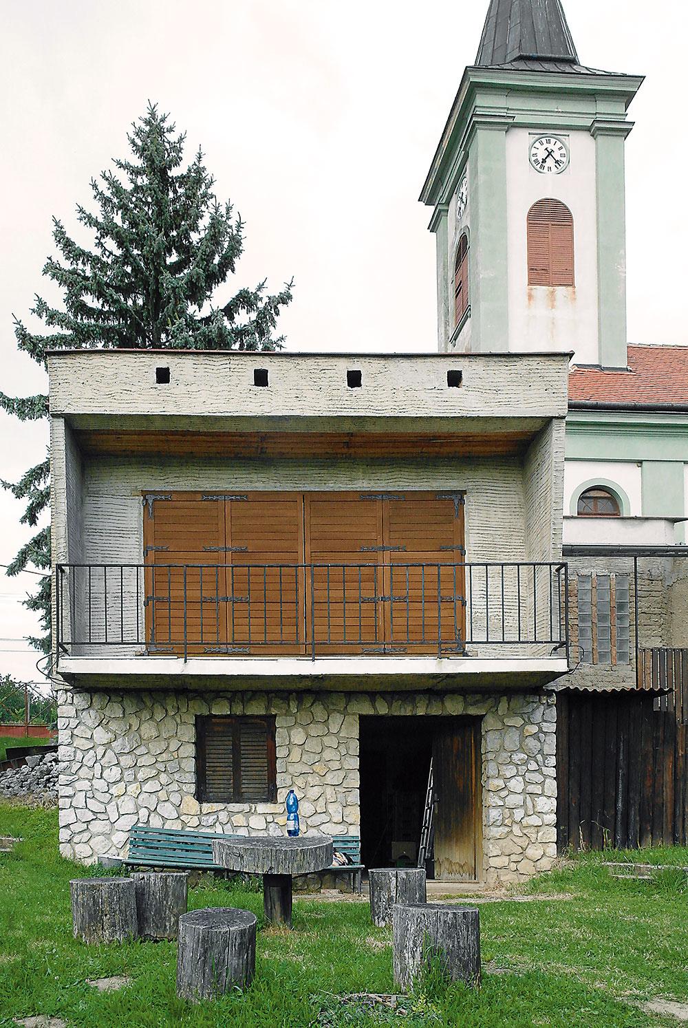 """""""Šumperk"""" alebo """"šumperák"""" bolo familiárne pomenovanie pre jeden znajznámejších typov rodinného domu zobdobia socializmu (vČesku ana Slovensku sa ich postavilo viac než 4,5-tisíc). Bol obľúbený najmä na prelome 60. a70. rokov 20. storočia, keď splnil túžbu vtedajších mladých ľudí bývať vmodernom dome, odlišnom od tých, aké stavali ich rodičia. Menší variant """"šumperáku"""" vcentre Úvalov slúžil roky ako vinohradnícky domček."""