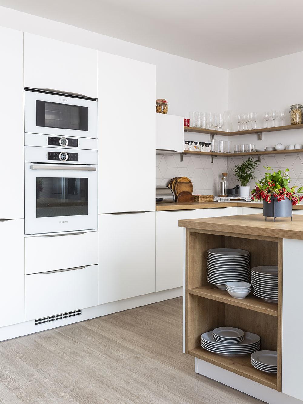 ŠPAJZA JE UKRYTÁ vo vysokej skrini svýsuvným otočným systémom, ktorý je mimoriadne prehľadný apraktický. Kuchynský ostrov je zjednej strany otvorený. Domáca má vpoliciach bežne používaný riad na servírovanie, čo je tiež veľmi praktické riešenie.