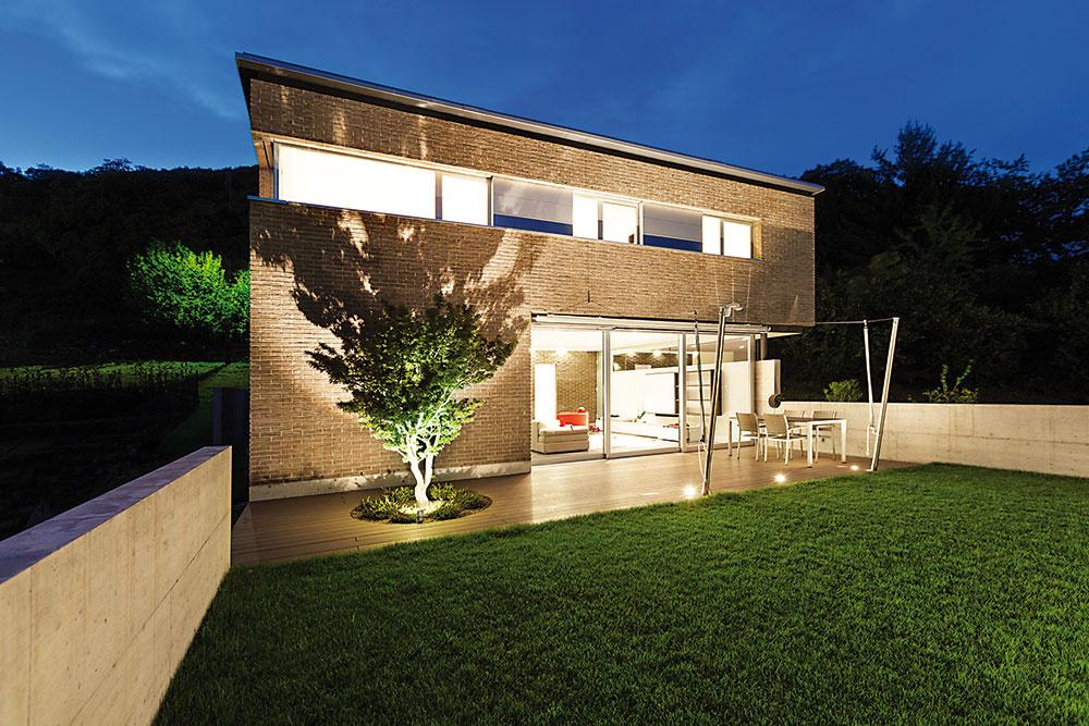 Tvarom domu dokážete ovplyvniť náklady na jeho prevádzku aj bez dramatického zvýšenia nákladov na výstavbu. Presné rozdiely vpožiadavkách na tepelnotechnické parametre obvodových konštrukcií či vpotrebe tepla na vykurovanie napríklad pri poschodovom dome abungalove zistíte na základe tepelnotechnického prepočtu.