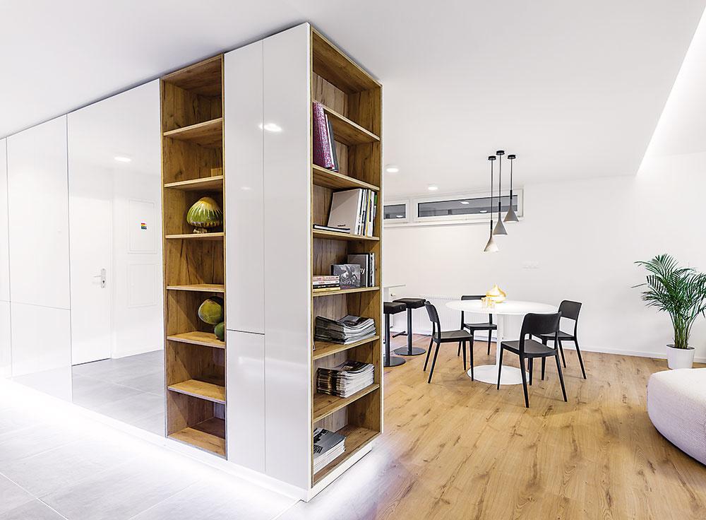 Minimalizujte chodby alebo im aspoň dajte ďalšie využitie – v chodbe môže byť miesto na šatníkové skrine, knižnicu či pracovný stôl. Musí však mať vhodné rozmery, na ktoré treba pamätať pri navrhovaní dispozície.