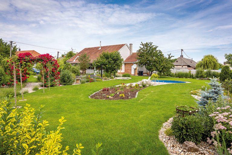 Romantickú vidiecku záhradu si šikovná majiteľka navrhla celkom sama (VIDEO)