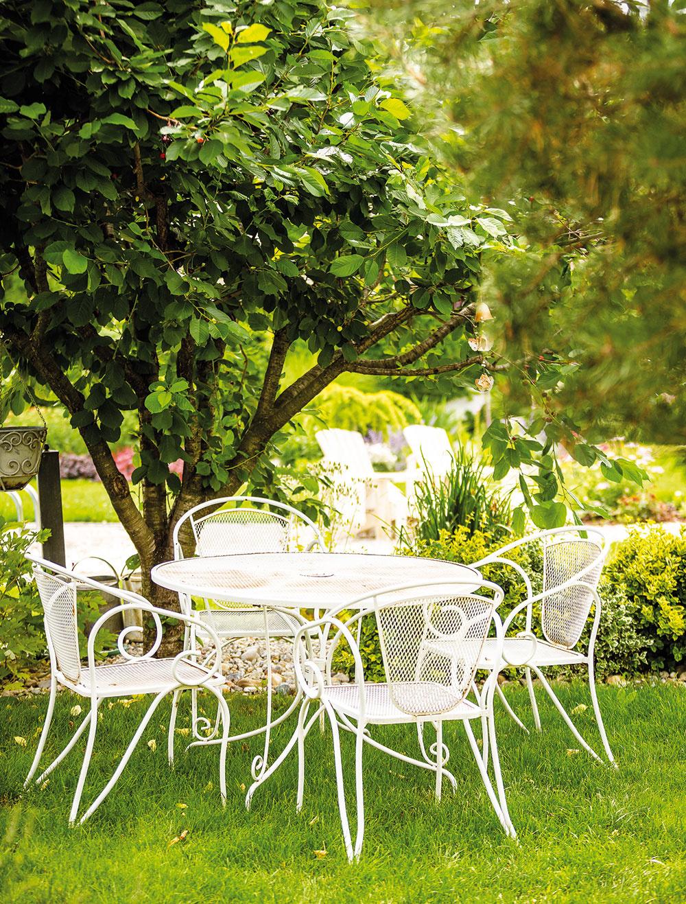 Záhradné sedenie vo vintage štýle je jedno znajkrajších miest vcelej záhrade. Poskytuje nádherné pohľady na všetky strany záhrady.