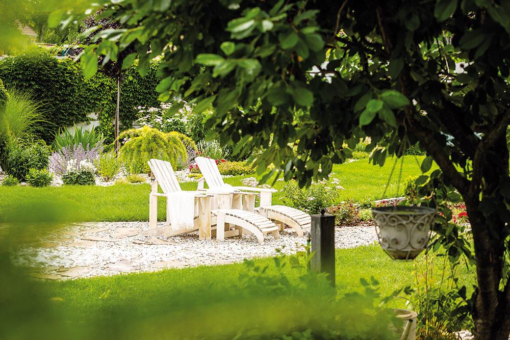 Rozľahlá záhrada ponúka domácim veľa možností na relax, či už v podobe letného kúpania, grilovania, alebo posedenia s rodinou a kamarátmi.