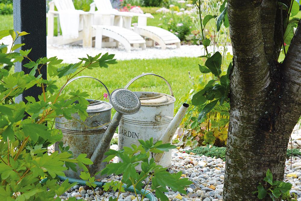 Okrem lavičiek sa v záhrade nájdu aj drobné záhradné prvky a pomôcky, ktoré podčiarkujú vidiecku atmosféru.