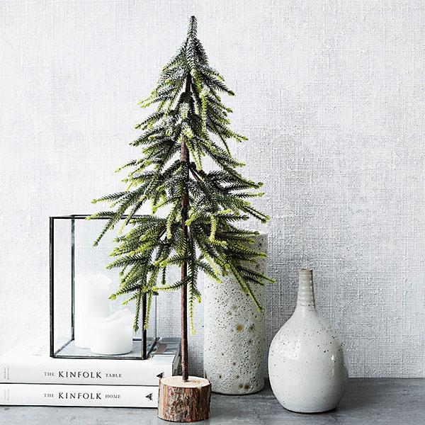 """NA VEĽKOSTI NEZÁLEŽÍ. Ak vám priestor neumožňuje pýšiť sa majestátnym vianočným stromom ani jeho menšou verziou, vponuke dnes nájdete mimoriadne chutné """"ministromčeky"""", ktoré napriek svojej skromnej veľkosti vedia navodiť rovnako čarovnú vianočnú atmosféru ako ich väčšie verzie."""