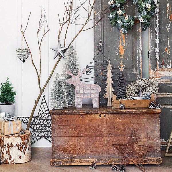 """PO VÝZDOBU DO LESA. Obyčajné konáre výborne poslúžia ako držiak na vianočné ozdoby. Na drevený peň uložte darčeky azvyšok priestoru dekorujte šiškami či inými """"nálezmi"""" zlesa. Takéto jednoduché vianočné voňavé zátišie si môžete vytvoriť vakejkoľvek časti domu."""