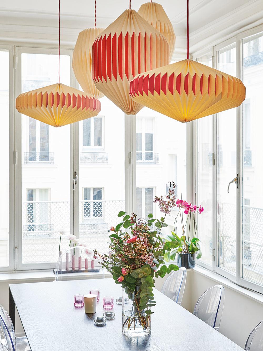 JEDÁLENSKÝ STÔL je vďaka vysokým oknám zdvoch svetových strán veľkoryso osvetlený. Miesto klasických svietidiel nad ním visia lampióny rôznych veľkostí atvarov. Vytvárajú mimoriadne prívetivý až hravý dojem, ktorý naznačuje, že pri tomto stole sa schádza veselá asrdečná spoločnosť.