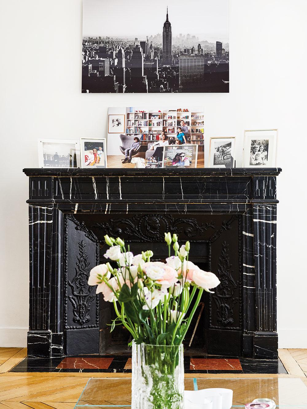 VSVETLEJ OBÝVAČKE zariadenej vjemných sivých tónoch sa oproti knižnici nachádza čierny kozub, ktorý miestnosti dodáva potrebný kontrast anádych dramatickosti, ako sa na bohémsky Paríž patrí.