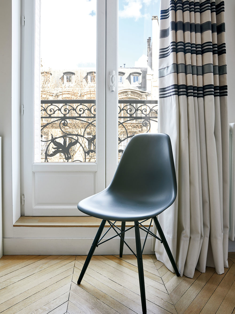 HAUSMANNOVSKÉ BUDOVY majú vkaždej parížskej štvrti rovnaký počet poschodí arovnaké rysy fasád. Chýbať nesmie ozdobné kované zábradlie. Výhľad na Eiffelovu vežu je už len bonusom niektorých znich.