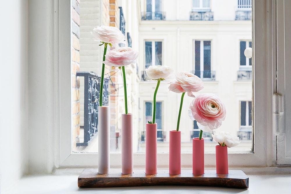 NEŽNÁ RUŽOVÁ je farba, ktorá vkusne dopĺňa apodčiarkuje minimalisticky zariadenú jedáleň. Nájdete ju na doplnkoch, svietnikoch či lampiónoch, ale aj na živých kvetoch vo vázičkách či kvetináčoch.