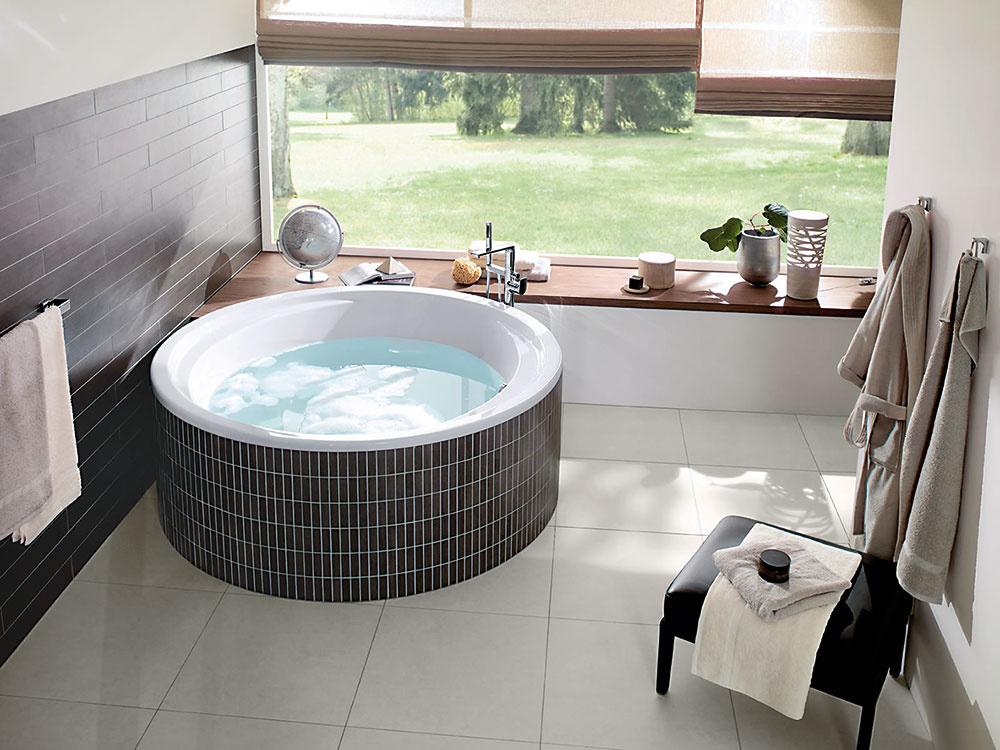 Malý bazén. Kruhová akrylátová vaňa Aqualoop od značky Villeroy & Boch svojím tvarom pripomína malý bazén. Ponúka úžasný priestor na kúpeľ vo dvojici alebo spoločné vodné hry pre vaše ratolesti. So zabudovaným sedadlom.