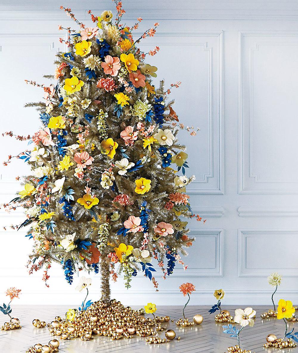 Kvety  Stromček možno dekorovať všeličím. Ak milujete kvety, nebráňte sa im ani cez Vianoce. Anemusí to byť len tradičná červená vianočná ruža. Vyberajte farby, aké sa páčia vám – dekorácie môžu byť zpapiera alebo textilu. Sviatočný šmrnc dodávajú odlesky vzlatej alebo striebornej – čím viac, tým lepšie.