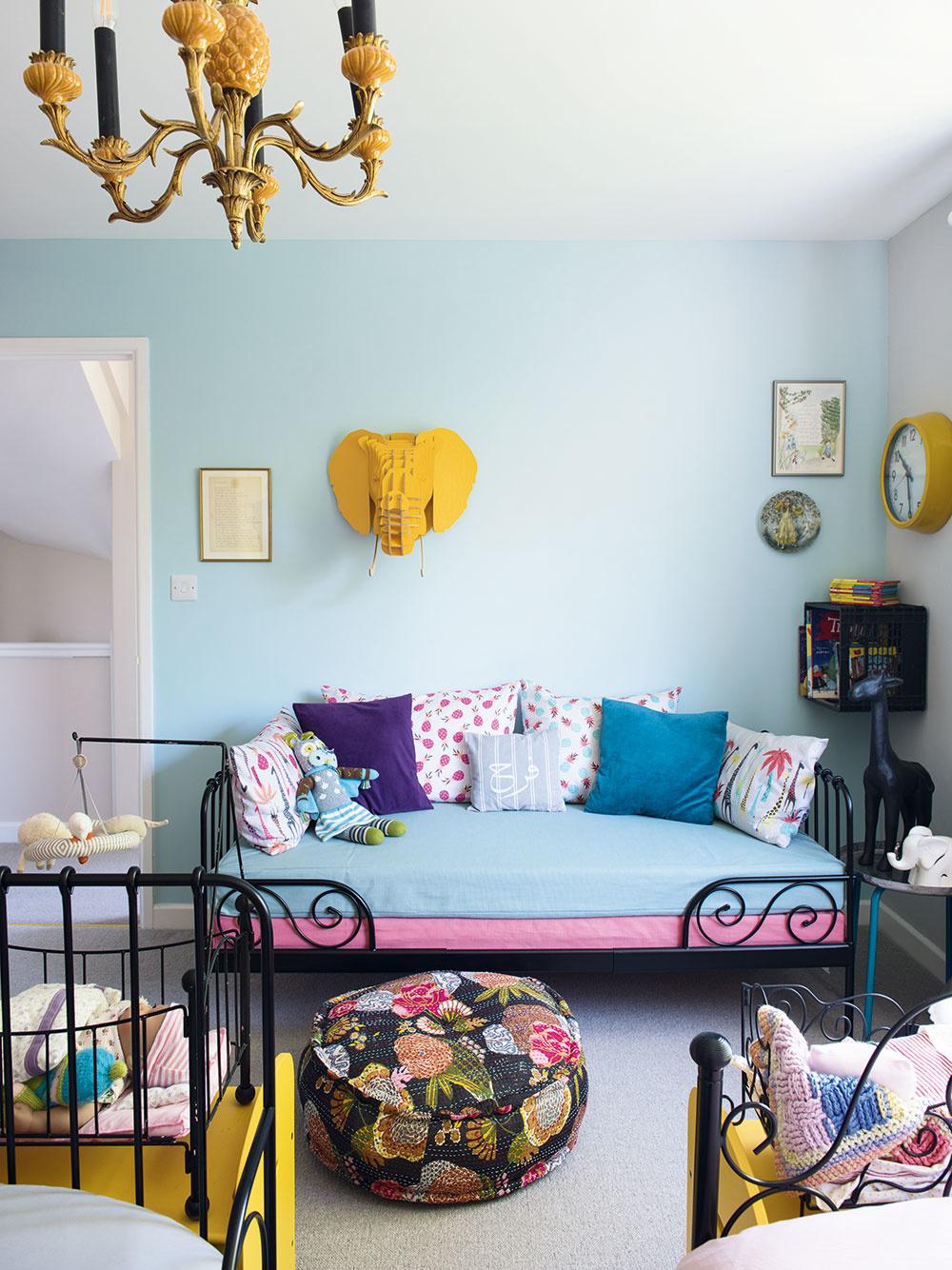 Detská izba nebola výnimkou – ani tu sa pri zariaďovaní zbytočne neplytvalo aruka vruke skreatívnym prístupom tu išla praktickosť. Posteľ, na ktorej dnes spáva Olívia, patrila vdetstve jej mame, Charlottina je rovnako ako ďalšie zariadenie zIkey.