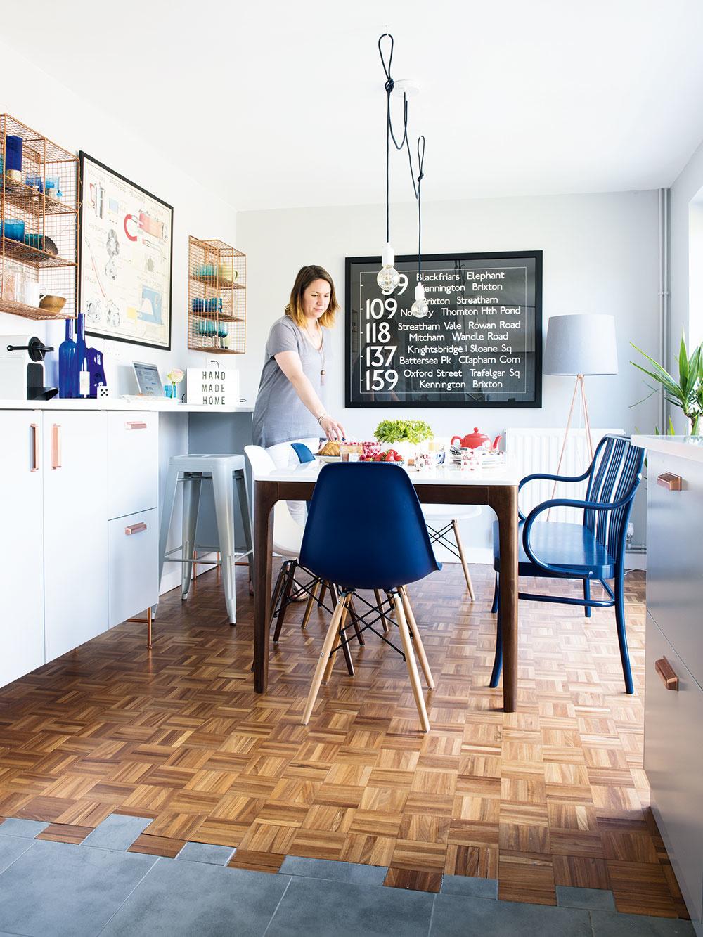 Lavicu, ktorá dnes stojí pri jedálenskom stole, mala dvojica pôvodne vhale svojho bytu vDubaji, neskôr na verande vkanadskom domove. Keď sa presťahovali do Abingdonu, nechala ju Georgia natrieť na modro, aby ladila sfarbou kultovej stoličky od manželov Eamesovcov.