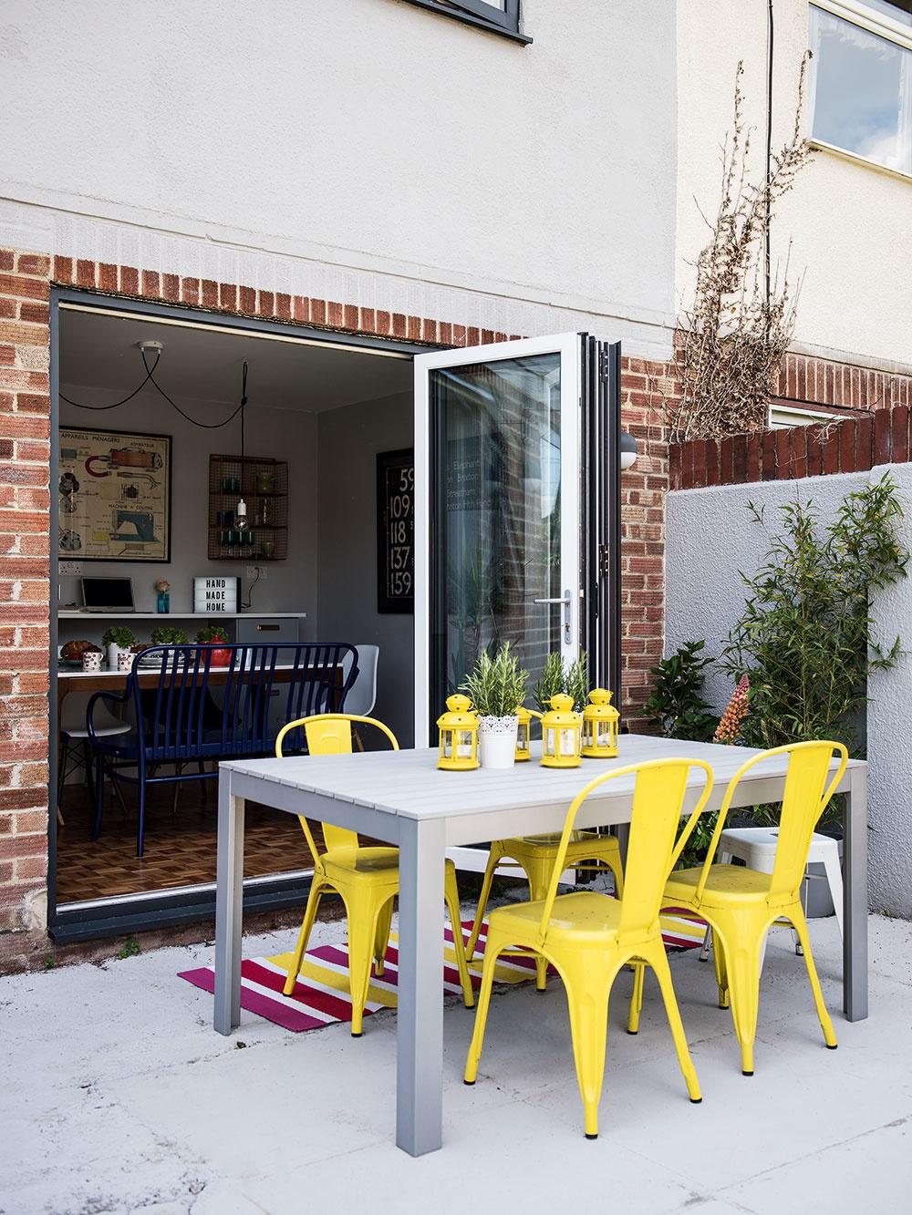 Rekonštrukcia dvojdomu z50. rokov prebehla vréžii architektonického štúdia Michael Nye Design, odizajn interiéru sa postarala majiteľka, ktorá je kreatívnou dušou značky Home Made Productions. homemadeproductions.co.uk