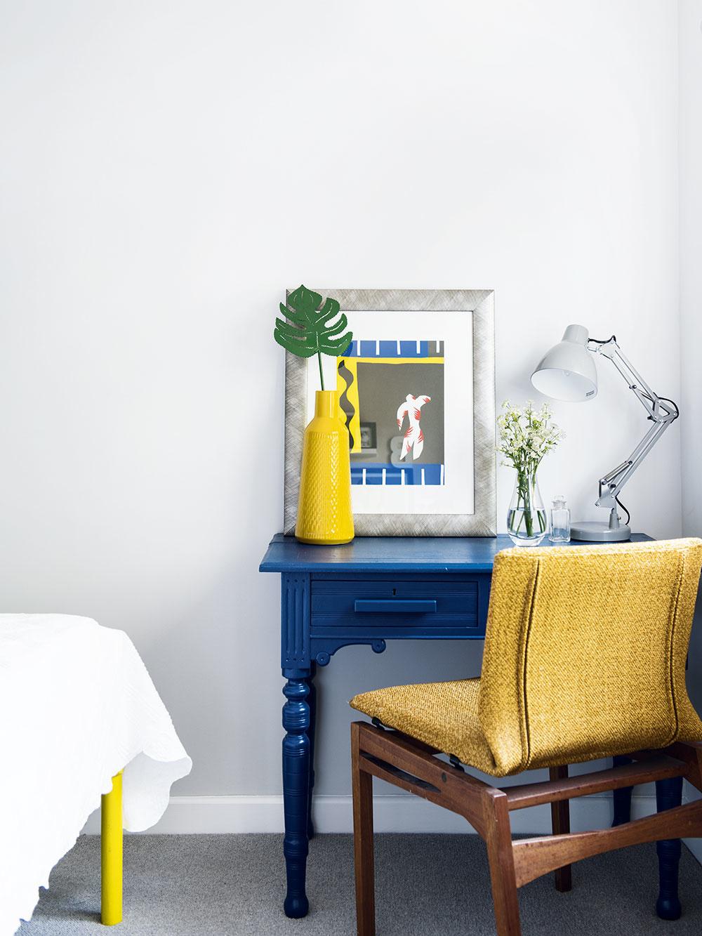 Farby pomohli vhosťovskej izbe zladiť staré prvky snovými aj rozličné štýly zariadenia. Stôl, ktorý používala Georgia vtínedžerskom veku, natrela rovnakým modrým odtieňom, aký má priečka za posteľou, konštrukciu postele zIkey zas kontrastnou jasnožltou, ktorá sa objavuje aj na doplnkoch atextíliách vmiestnosti.