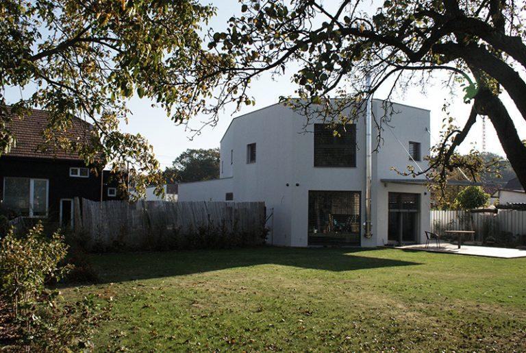 Bývanie pre štvorčlennú rodinu s atypickým pôdorysom domu v tvare mnohouholníka
