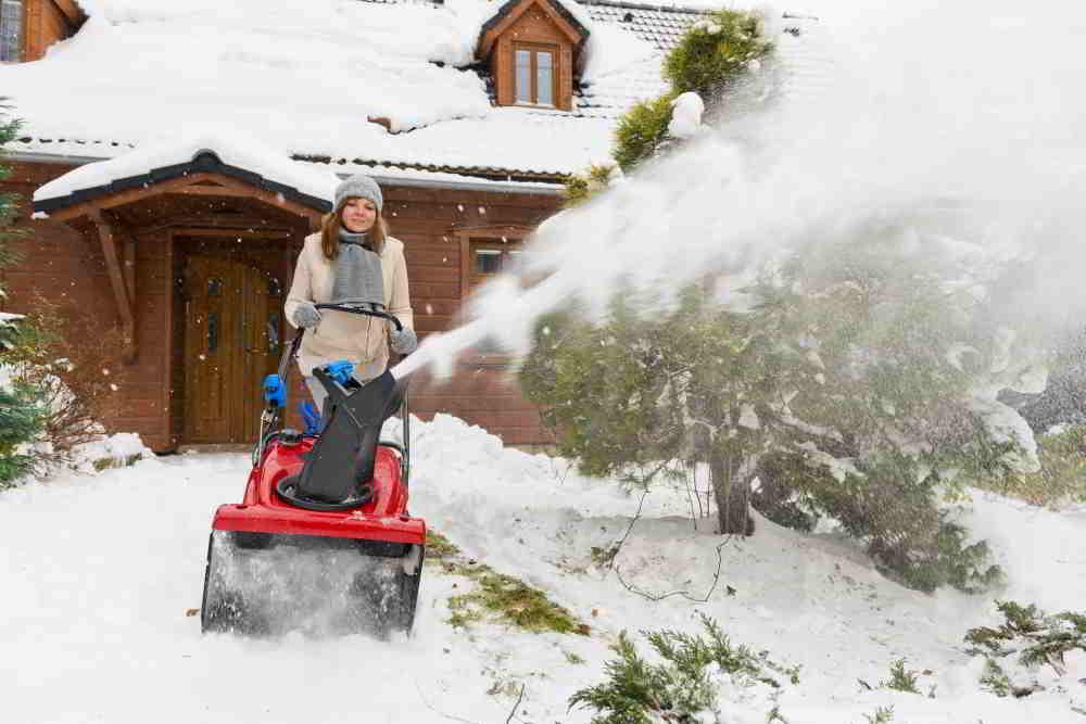 Odpratanie snehu z prístupovej cesty hladko zaistí jednostupňová benzínová snehová fréza Toro Quick Clear CCR 6053 R