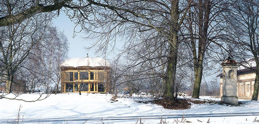 Ekologický dom zo slamy a z nepálených tehál inšpiruje dodnes