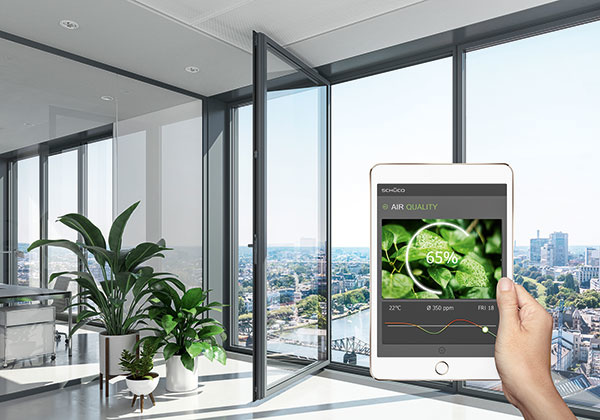 Inteligentné jednotky Schüco: klient alebo investor dostane informácie o kvalite ovzdušia a vlhkosti. Okamžitým zásahom je možné zabrániť poškodeniu materiálov budovy a zabezpečiť dlhodobú životnosť.