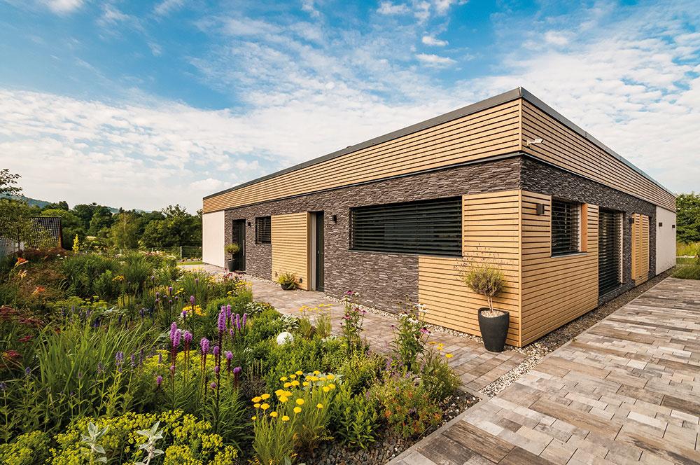 Dom je postavený vpasívnom štandarde, je vybavený tepelným čerpadlom voda –vzduch, rekuperačným systémom, kvalitnými plastovými oknami aposuvnými dverami.
