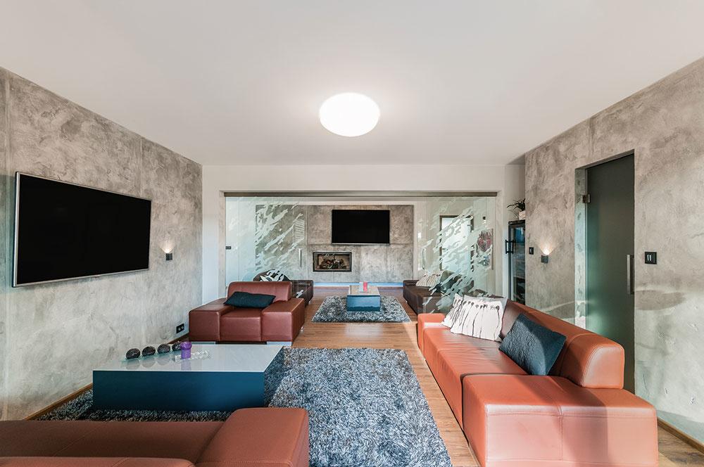 Obývačka skozubom je dominantou interiéru amiestom, kde sa môžu všetci stretávať.
