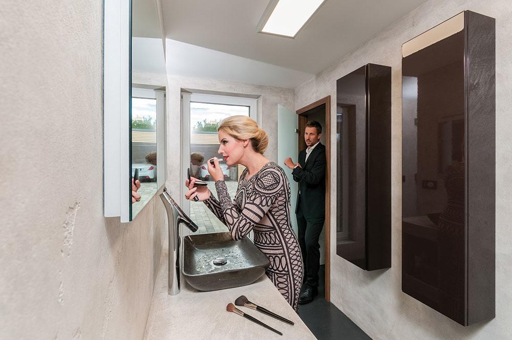 Namiesto dlažby sú na podlahách aj vkúpeľniach domu použité moderné betónové stierky zafarbené na rôzne odtiene sivej, ale aj kávy smliekom.