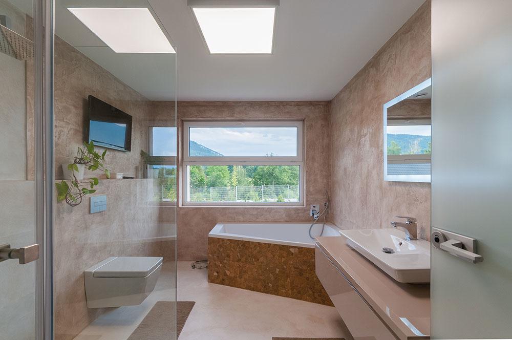 Oproti spálni cez terasu sa nachádza druhé krídlo domu sizbou pre deti, hostí, pracovňou aďalšou kúpeľňou.