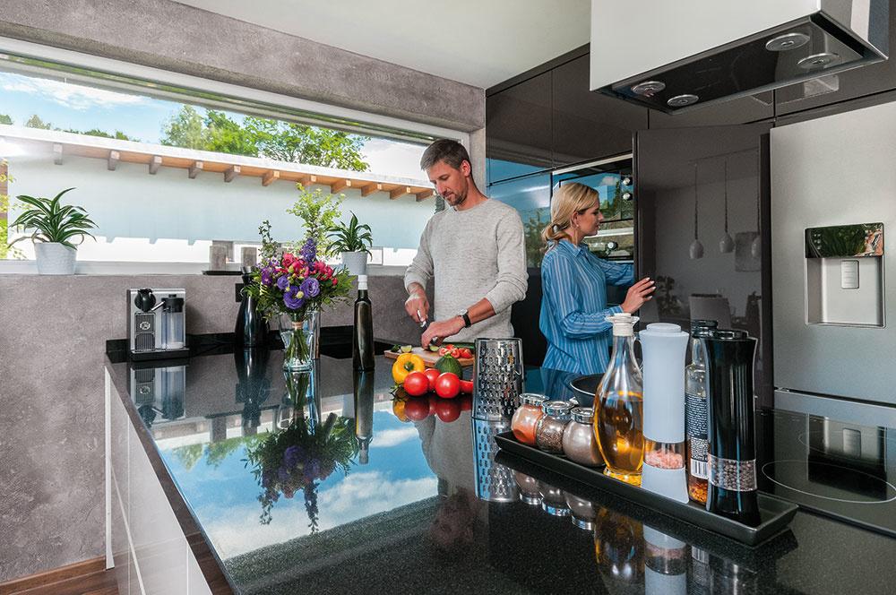 … dospievajúce deti si tak srodičmi navzájom neprekážajú. Môžu sa kedykoľvek stretávať vobývačke pri kozube alebo vmoderne zariadenej kuchyni.