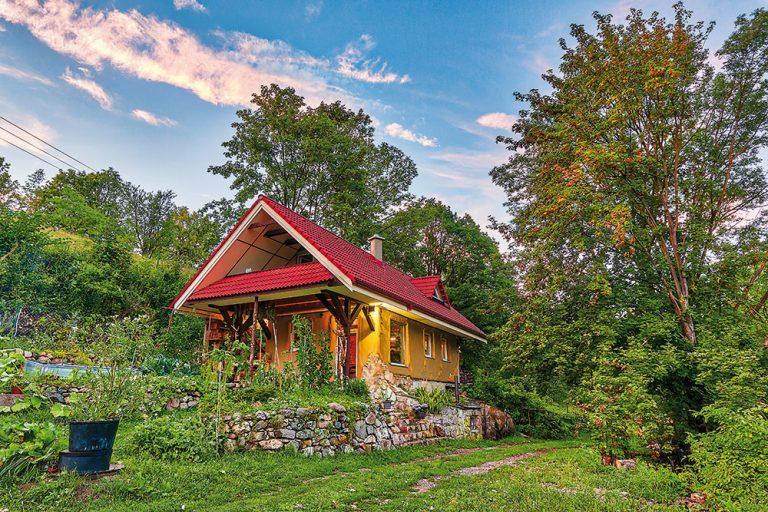 Ako si šikovný rezbár postavil čarovný domček len z prírodných materiálov