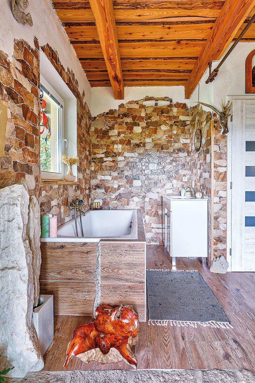 Mať kúpeľňu pri vstupe, navyše bez dverí, je neštandardné, no domáci si nesťažujú.