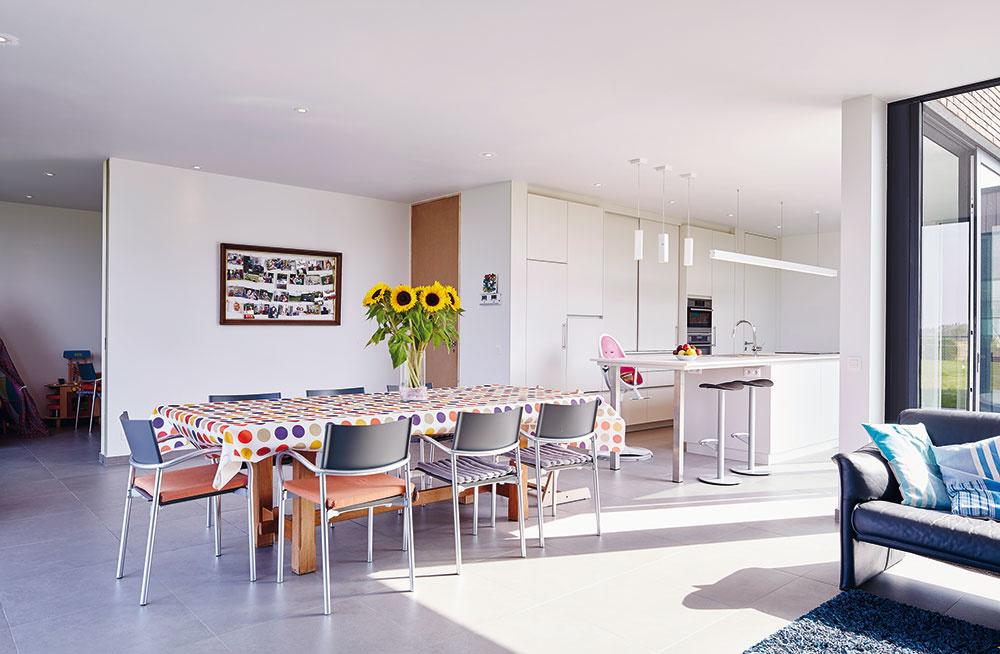 Príjemný minimalizmus je všadeprítomný aj vinteriéri domu.