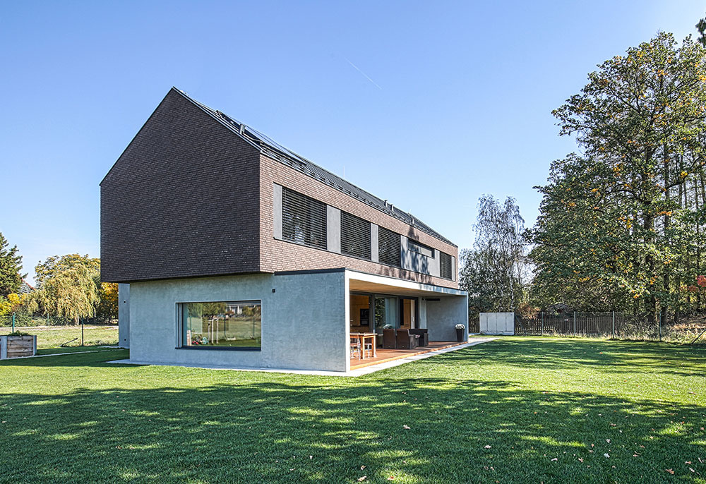 Moderný vidiecky dom vytvorený z kombinácie dvoch kontrastných celkov