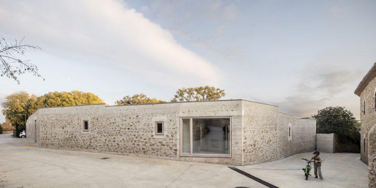 Zbúraním múru sa zmenili vlastnosti pozemku. Ako si s tým architekti poradili?