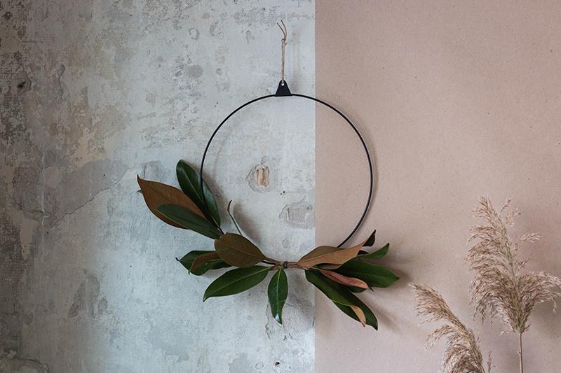 V kruhu. Minimalistický veniec z mosadze, zdobený listami magnólie (Magnolia grandiflora). Jednoduchá dekorácia na dvere alebo do interiéru inšpirovaná severským minimalizmom.