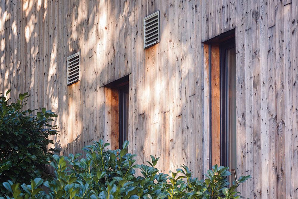 Terasovitá drevostavba v strmom svahu s ekologickou záhradou