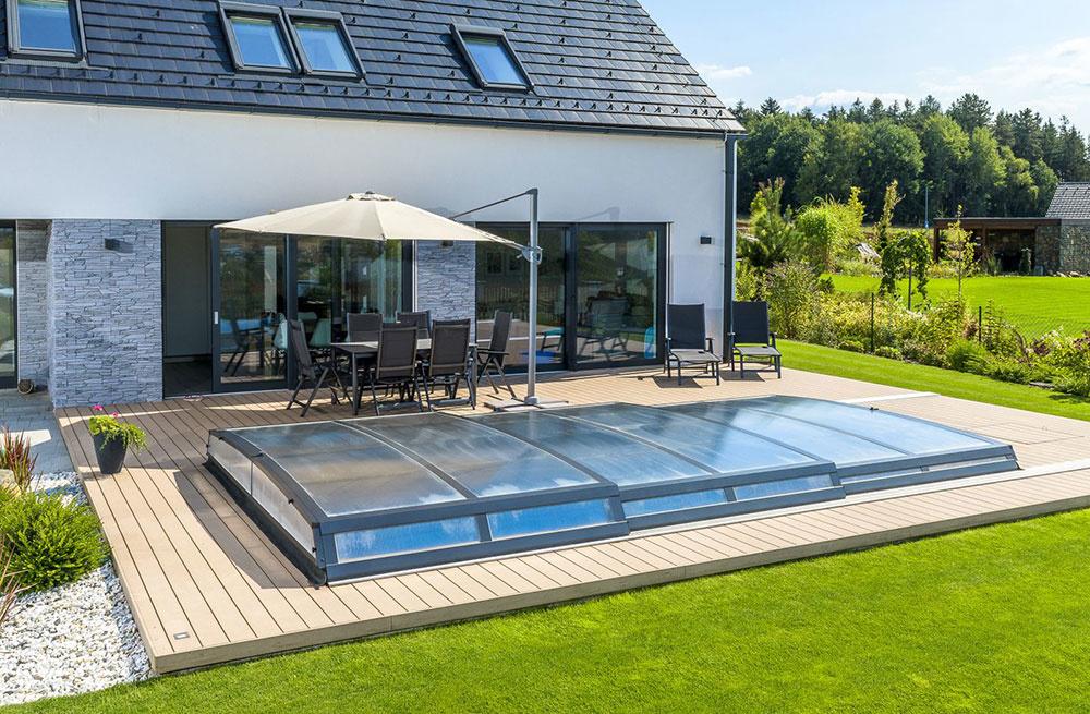 Extra ploché posuvné zastrešenie Astra s maximálnym dôrazom na dizajn je určené pre tých, ktorí dávajú prednosť dokonalému zladeniu zastrešeného bazéna s okolím.