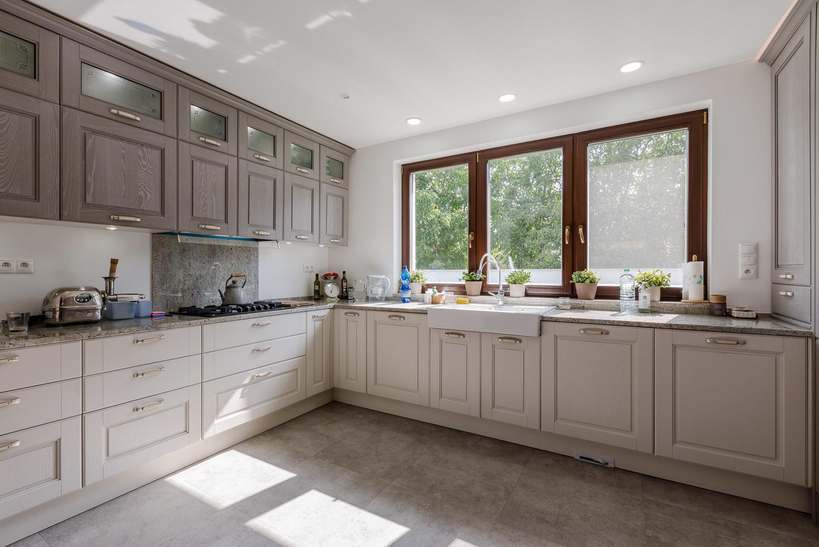 Samostatná kuchyňa s možnosťou uzatvárania bola jednou zo základných požiadaviek majiteľov. Toto riešenie si nevedia vynachváliť.