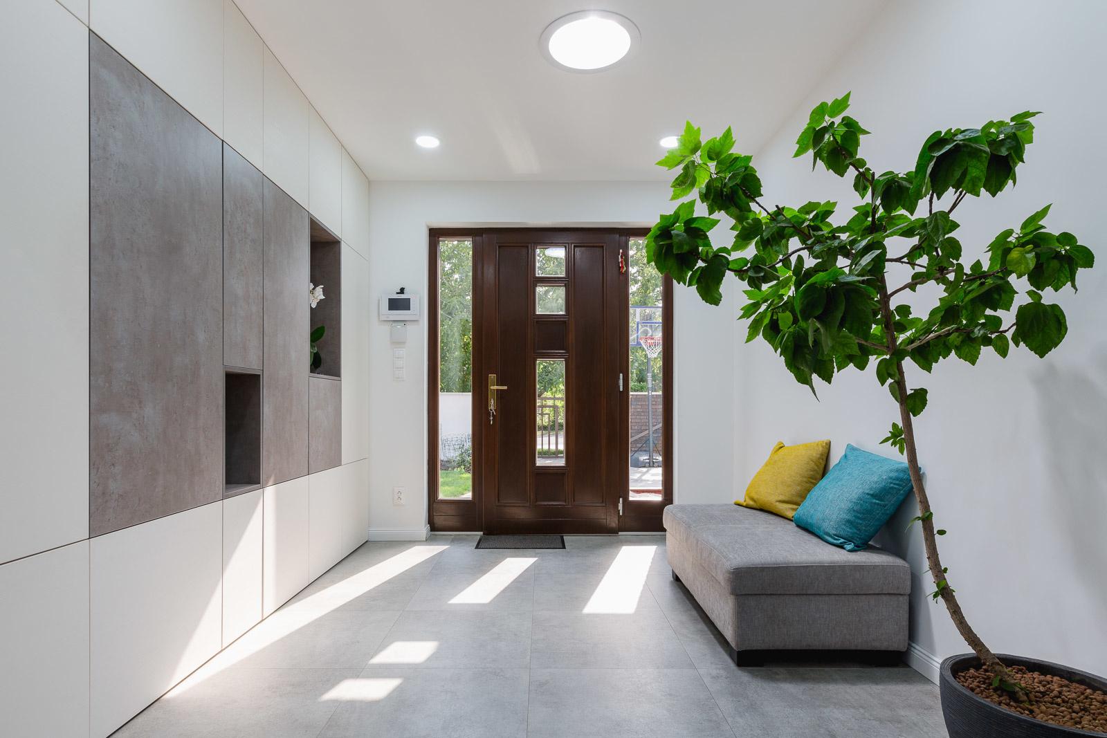 Svetlovod prináša do vstupnej chodby denné svetlo, ktoré príjemne naladí, aj keď je vonku zamračené.