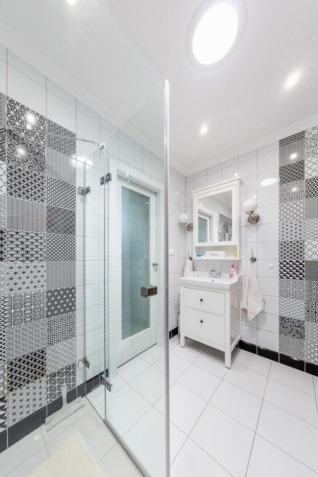 Pôvodne tmavú kúpeľňu presvetľuje svetlovod. Ten zároveň pomáha šetriť energiu, keďže cez deň netreba svietiť umelým svetlom.